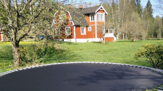 Ein Trampolin im schwedischen Garten.