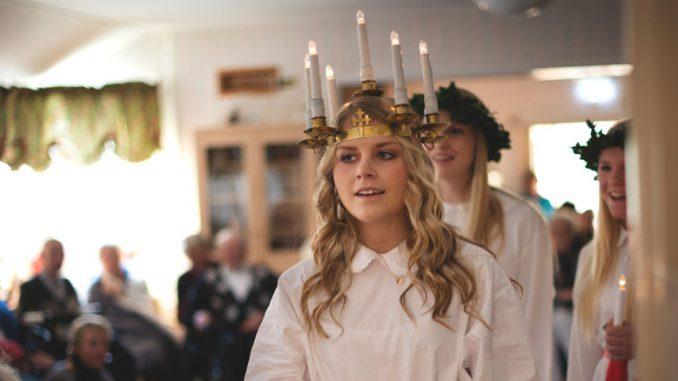 Ein junges Mädchen als Lucia in Schweden