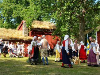 Die Volkstanzgruppe Urshult Bygdegille führt einen Tanz auf. rt.