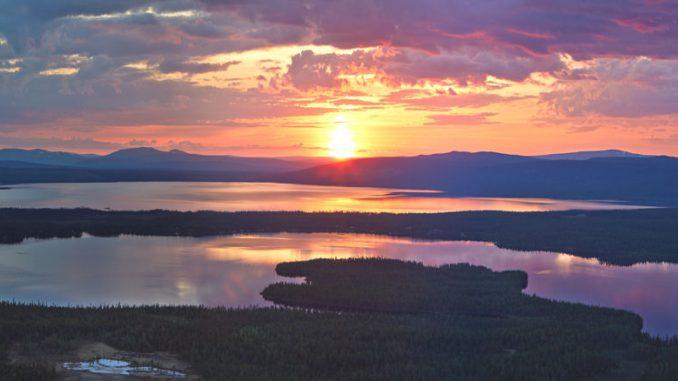 Die Mitternachtssonne im Norden Schwedens