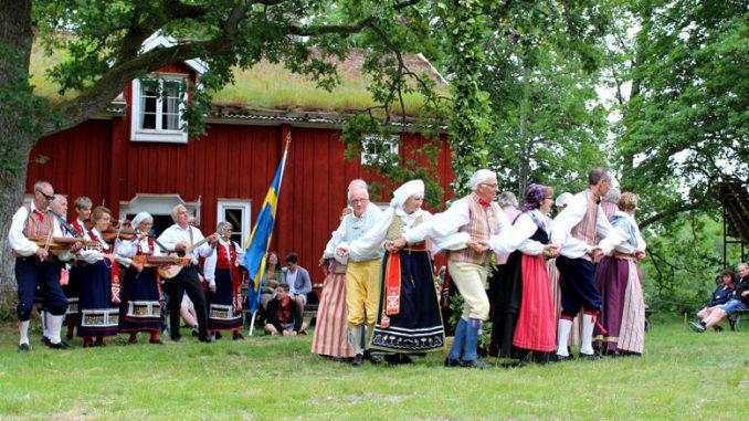 Schweden tanzen um die Midsommerstange