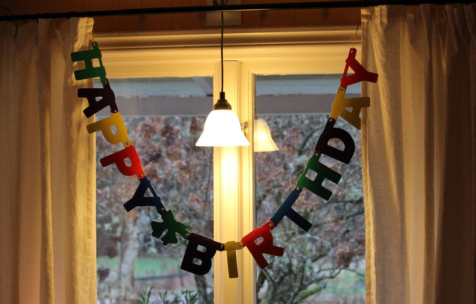 Eine Geburtstagsgirlande im Fenster