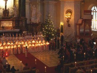 Ein Luciafest in einer schwedischen Kirche.