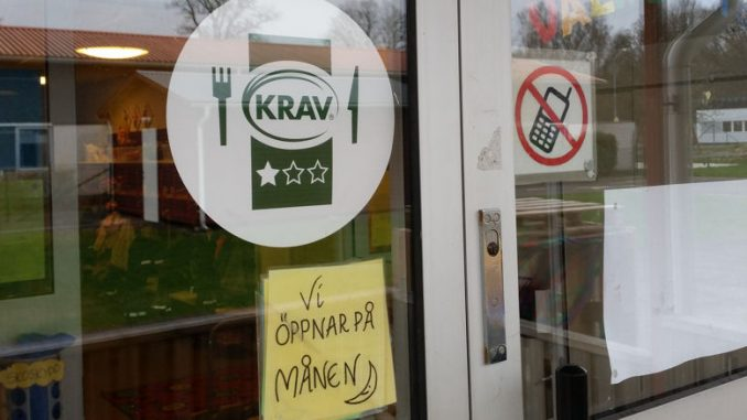 Das KRAV-Siegel an der Eingangstür unseres schwedischen Kindergartens.
