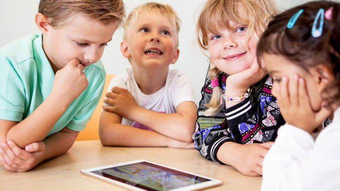 Vier Kinder arbeiten mit Polyglutt