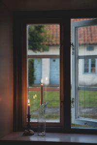 Eine Kerze im Fenster